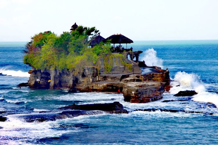 Tanah Lot Tempel, Bali Bali INDONESIA Tanahlot, Bali, Indonesia Tanah Lot Culture Baliphotography Bali Culture Beauty In Nature Beautiful Nature Balinese Culture Water Wave Sea Beach Sky Horizon Over Water Seascape Rock Formation