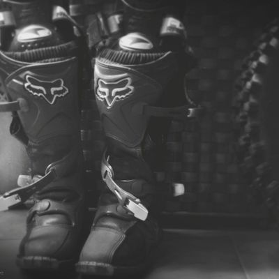 A ponerse las botas!! 🌿🌄 Motocross Mxboots Offroad Foxracing Dirtbikelife Dirtride Blackandwhite Conceptual Indoors