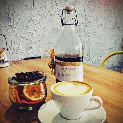Czy można poczuć święta w kawie? Oczywiście - specjalnie dla Was przygotowaliśmy, świąteczny syrop pierniczkowy? Przyjdźcie i poczujcie ten smak już dziś. Zapraszamy do mobilnej kawiarni Kawy Rzeszowskiej, która stacjonuje w Plaza Rzeszów oraz do kawiarni stacjonarnej w podwórzu ul. Kościuszki 3. Do zobaczenia. Kawarzeszowska Kawasamasięniezrobi Rzeszów Zakochajsiewkawie Rzeszów Coffee Coffeetime Barista Aeropress Mobilnakawiarnia Kawa Instamood Instagood Instacoffee Igersrzeszow Kawarzeszowska Coffebreak Coffeetogo Coffeelove Love Photooftheday Happy Bestoftheday Instamood Kawowelove kawasamasieniezrobi kawiarnia chemex syphon aeropresscoffee mojrzeszow Kawowelove rzeszowcity