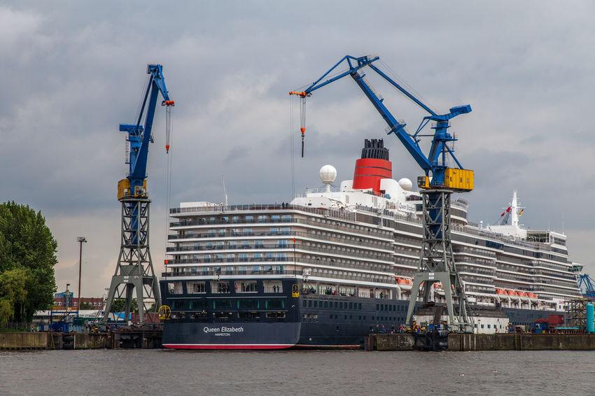 Queen Elisabeth wird ausgedockt Crane - Construction Machinery Cruise Cruise Ship Day Elbe Hafen Harbor Kreuzfahrt Kreuzfahrtschiff Kräne Outdoors Queen Elizabeth  Schiff