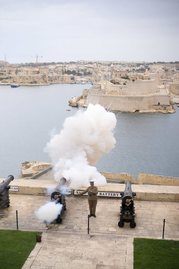 Salutschuss der Saluting Battery um 12 Uhr Mittags in Valletta, Malta Malta Architecture Built Structure Cannon Cannon Shot History Shot Weapon
