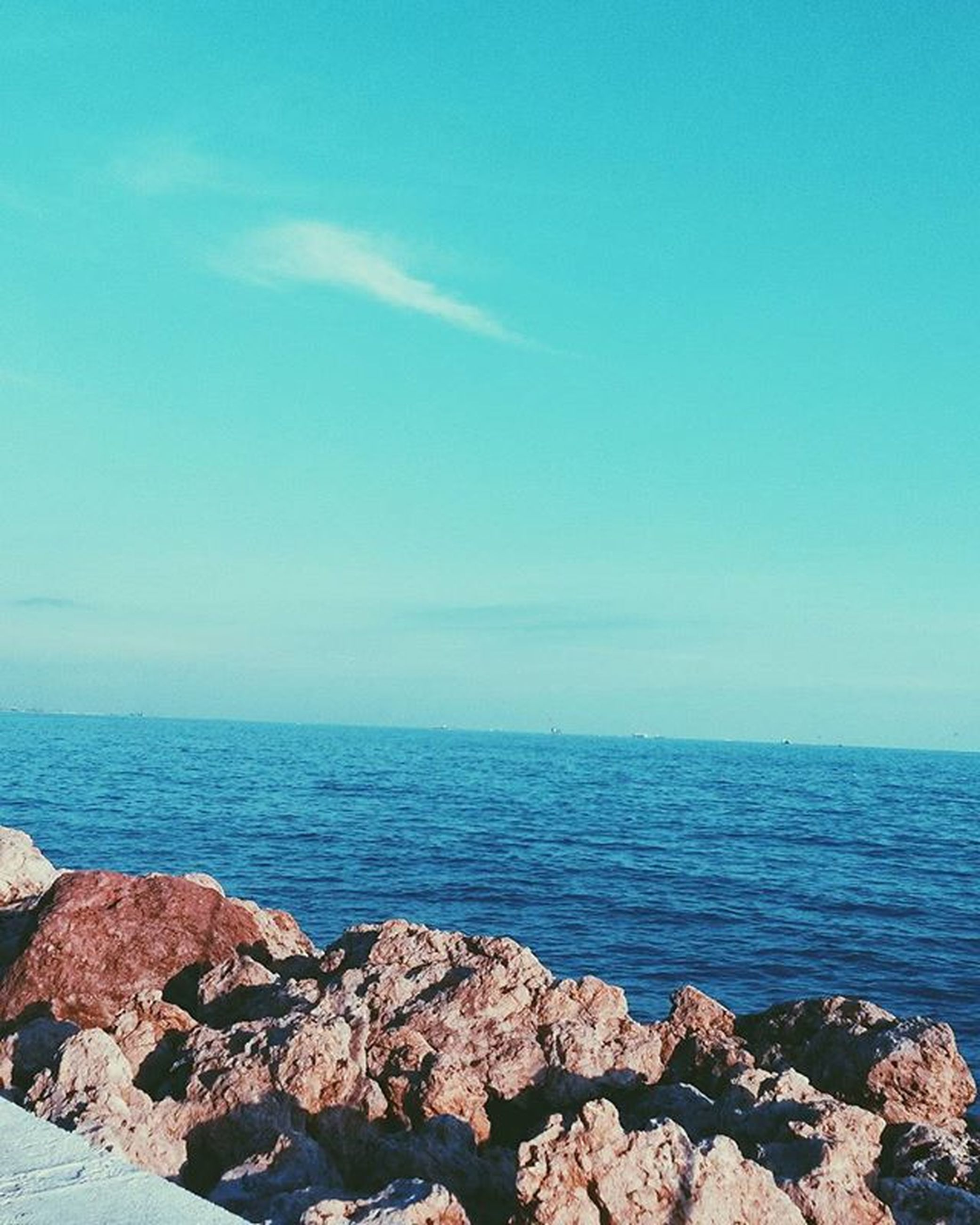 sea, horizon over water, water, scenics, tranquil scene, blue, tranquility, rock - object, beauty in nature, nature, sky, copy space, idyllic, clear sky, rock, shore, rock formation, outdoors, day, beach