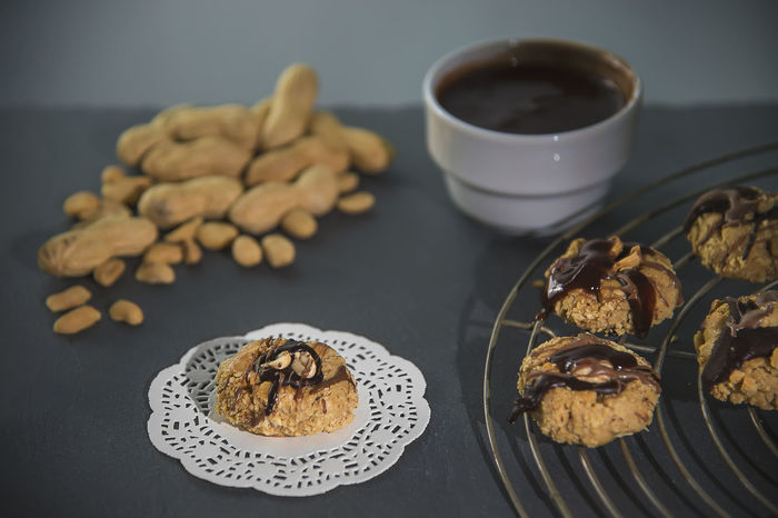 Peanut cookies homemade with chocolate decoration Cake Rack Chocolate Chocolate Covered Cookies Homemade Paper Lace Peanut Biscuit Peanuts Shortcrust Pastry Vintage Style American Food Baked Baking Black Bowl Cookie Crunchy Food Freshness Manufacturing Peanut Butter Recipe Slate Studio Photography Sweet