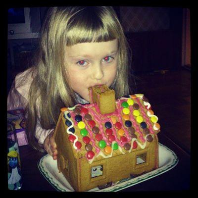 En jätte äter upp huset!