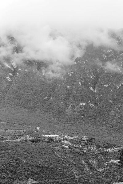Entre las Montañas que esconden Tolantongo. Tolantongo, Hidalgo Tolantongohidalgo Tolantongomexico Grutasdetolantongo Grutas De Tolantongo Blackandwhite Black & White Mountains Mexican Mountains Mexican Ranch Mexican Views Mexican Landscape Bnw Blanco Y Negro