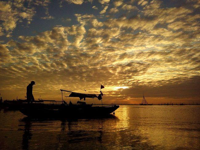 Eyeem Philippines EyeEm Best Shots Sunset_collection Sunset #sun #clouds #skylovers #sky #nature #beautifulinnature #naturalbeauty #photography #landscape