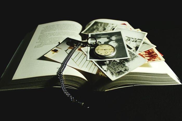 Sin tiempo Libro Día Del Libro Recuerdos La Hora De Un Reloj Paper Antique No People Old Time Old Timer El Placer De La Lectura Fotos En Papel Fotos Antiguas