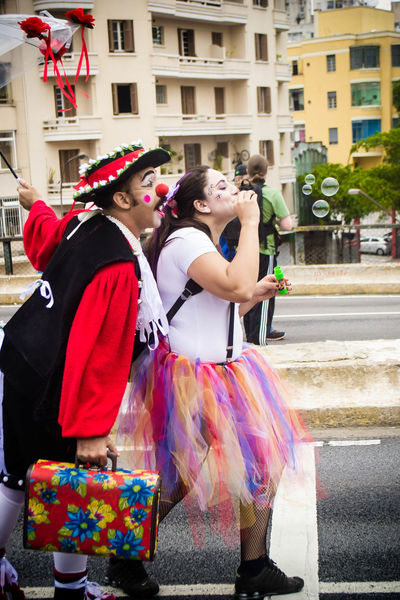 Sao Paulo - Brazil Fotografia Photographing Artrua Photography Themes Two People Fotoderua Streetart Street Photography Clownin Clown Palhaços Palhaçada Boobles Circus Happy