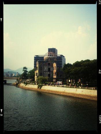 元安橋からの原爆ドーム。 平和記念公園