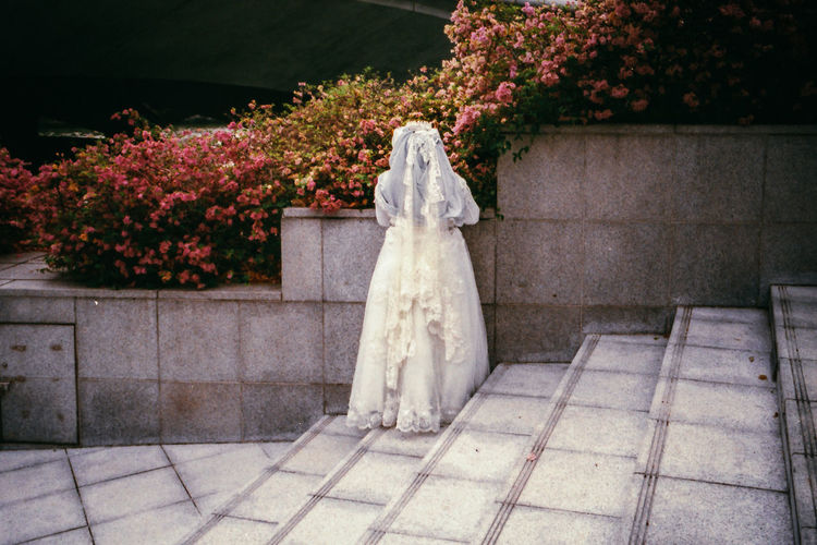 1 Fullerton, Singapore. 2017 © Chit Min Maung http://www.cmmaung.me/ Featured Collectives Film Cmmaung Cmmaung.me Everybodystreet Everydayasia Film Photography Outdoors Streetphoto_color Streetphotography Wedding Dress