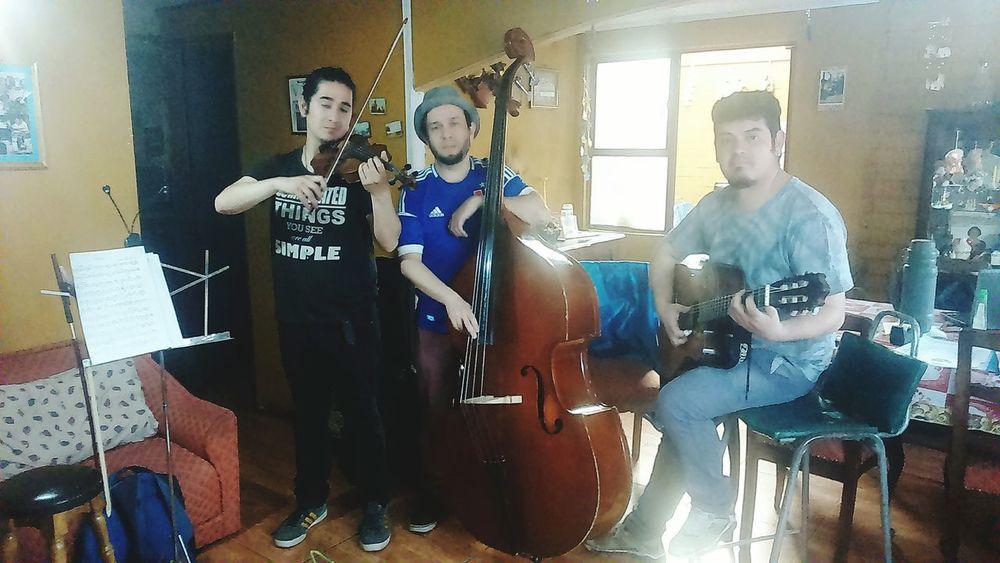 Afianando los detalles con el trio de manouche. Mañana durante la mañana estaremos tocando.💪👍 Jazz Doublebass Manouche Gypsy Jazz