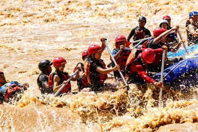 Paddling or die! White water rafting padas in Sabah Borneo Outdoors Travel Wavehuntersasia Borneowavehunters Wave Onlyinborneo OnlyInSabah Splashing Beauty In Nature Travel Destinations Nature TanakwaguBolotikon