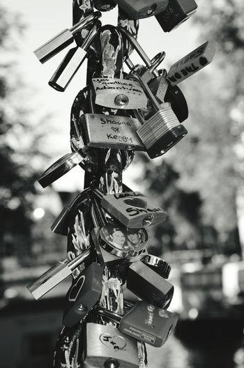 Focus Object Lovelocks Locks Of Love Railing Bridge Railing Lock Locks Schloss Vorhängeschloss Monochrome Focus On Foreground Lockandlock Bnw Best EyeEm Shot Steel Structure  Schwarzweißfotografie Bnwphotography Bnw Schwarzweiß Love Locks Lovelock Black And White