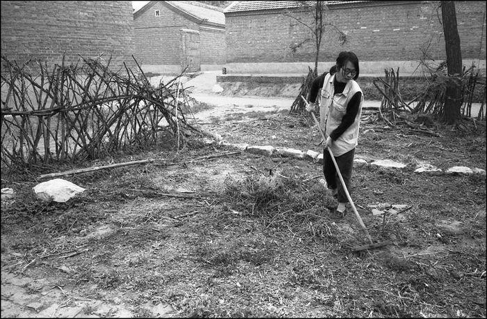 艺术家购买与租住的民房院子都很大,当时房屋格局都分里外两个院子。有些艺术家在外院种些蔬菜。春天里这些艺术家自然也要春忙一阵。图为住在辛店村的艺术家唐城,整理自己外院的菜地,准备种些玉米和其它蔬菜。2003年  12820764 10909308 1613