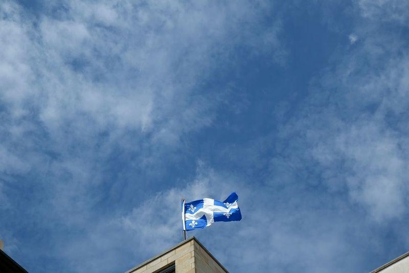 Lilienflagge - Quebec - le drapeau de la fleur de lys Minimalism Monochrome Taking Photos Skyoverberlin Lookingup Cityexplorer Blue Sky Urbanexploration Myberlin My Fuckin Berlin