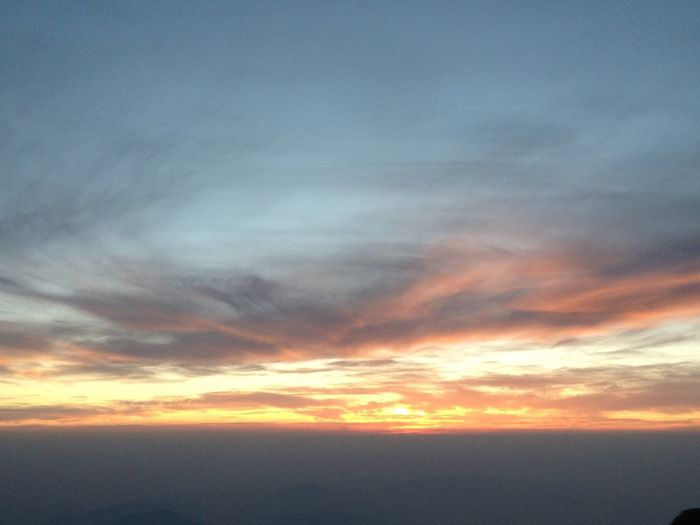夜が明ける直前。御来光…見れるのかな?ドキドキしながら待つその間にも、素晴らしい景色を見せてくれました。加工なし。