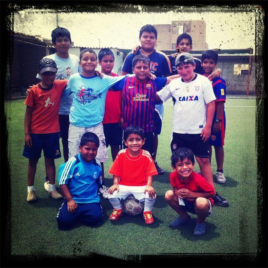 Johan y sus amigos jugando futbol