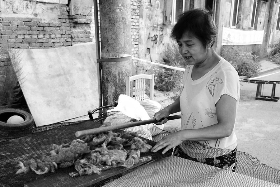 Street Photography Street Harbin China 哈尔滨 哈尔滨道外北三道街02 打理驼毛的大妈