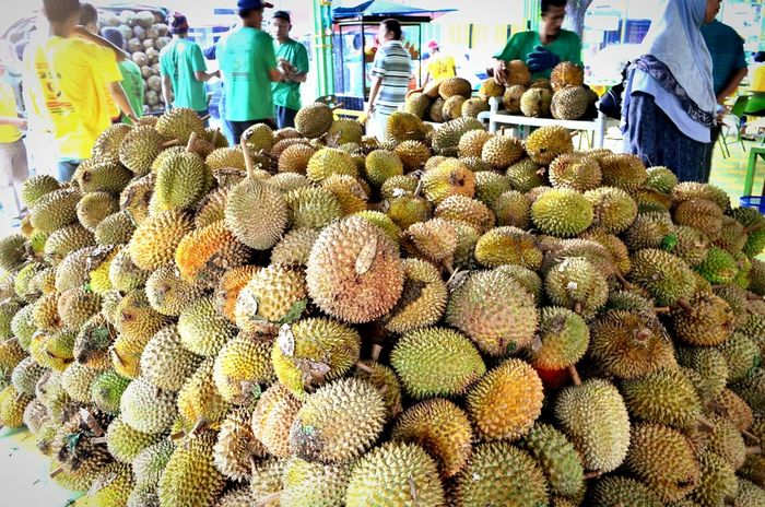 a mountain of durian when i was in medan. anybody who doesn't like durian can imagine the smell of it haha Medan INDONESIA Indonesianfood ASIA Asian Culture Durians Durian Holiday POV