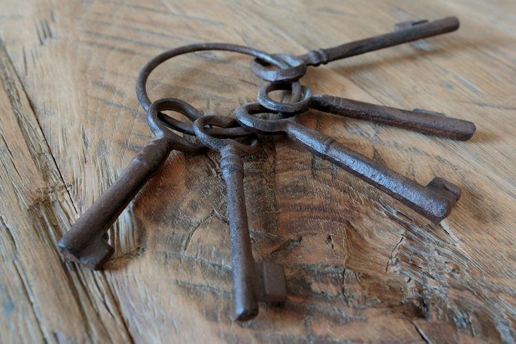 Keys Holz Keys Schlüsselbund Wood Close-up Key No People Rusty Schlüssel Wood - Material