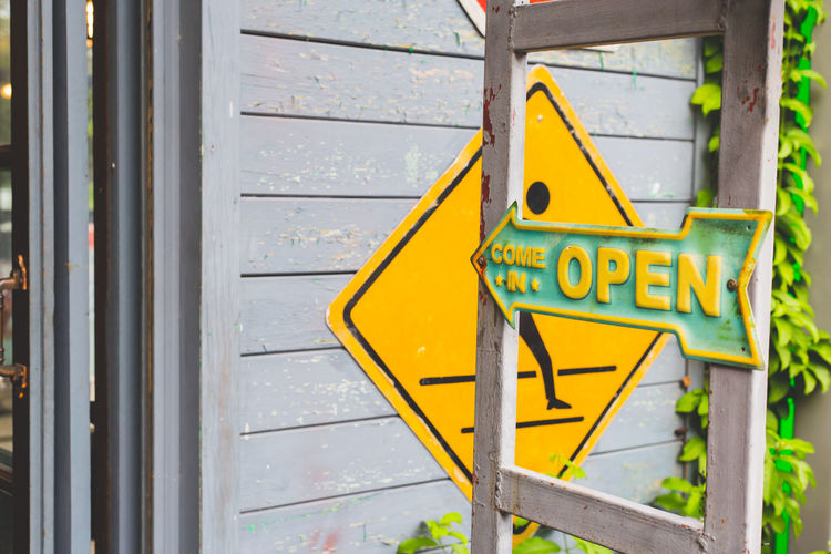 Open signboard arrow steel on shop door Welcome to Black Arrow Symbol Capital Letter Close-up Communication Day Guidance Information Information Sign Metal No People Non-western Script Number Outdoors Safety Script Sign Text Warning Sign Western Script Yellow