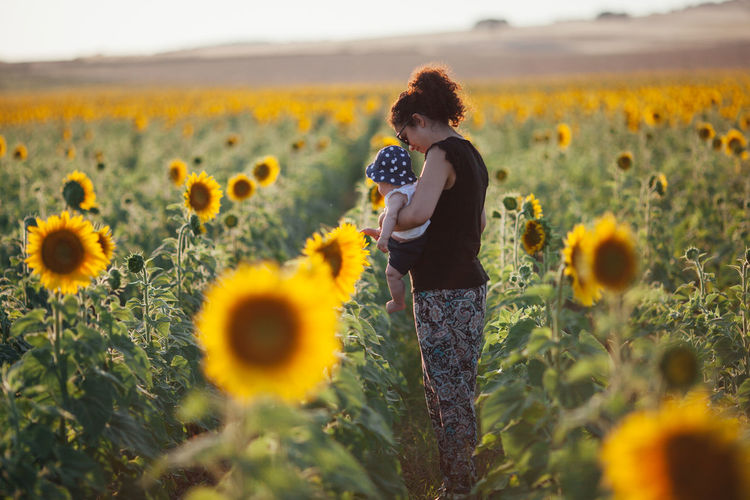 Field Freshness Mother & Daughter Motherhood Sunflower Alentejo Beauty In Nature Casual Clothing Field Flower Flower Head Flowering Plant Freshness Growth Land Leisure Activity Nature Outdoors Plant Real People Sunflower Sunflowers Sunflowers🌻 Touching Yellow
