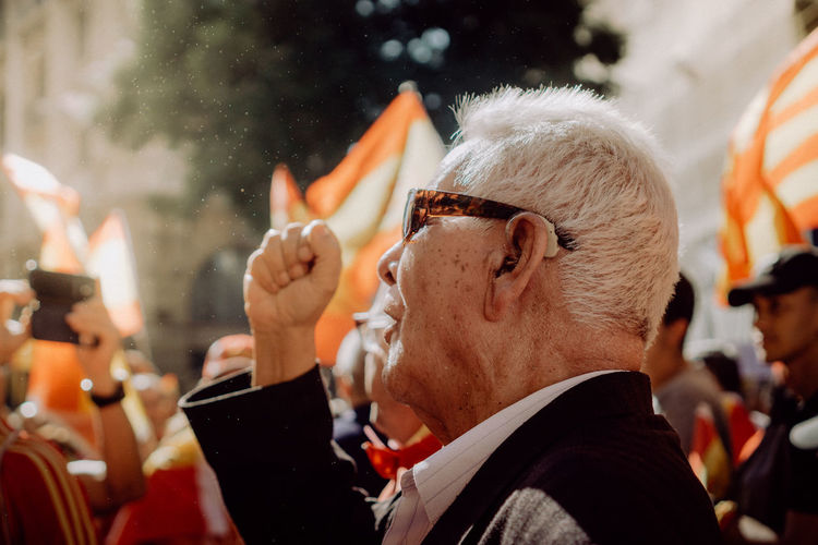 Katalanische Unabhängigkeitsbewegung, Independencia de Cataluña Barcelona Catalunya Democracy EyeEm Best Shots EyeEm Gallery Independence Patriotism Photojournalism SPAIN The Photojournalist - 2018 EyeEm Awards The Street Photographer - 2018 EyeEm Awards Crowd Demonstration Eye4photography  Flag Focus On Foreground Group Of People Portrait Protestor Senior Adult Street Street Photography Streetphotography Urban Urban Life
