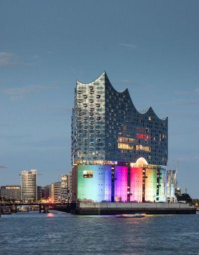 CSD Elphi Hafencity Hafencity Hamburg Nachtaufnahme Oper Sehenswürdigkeit Steuer Architektur Bunt Dämmerung Elbphilharmonie Konzerthaus Konzertsaal Tourismus