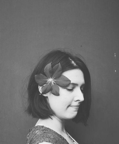 Clematis Blumen Fotografieren Hobbyfotografieren Mobilpic Handyfoto Portrait Sommer Fotodestages Girl Monochrome Schwarzweiß Schwarzundweiß Blumen *~* Girl Flower Women Melancholia Melancholicmood
