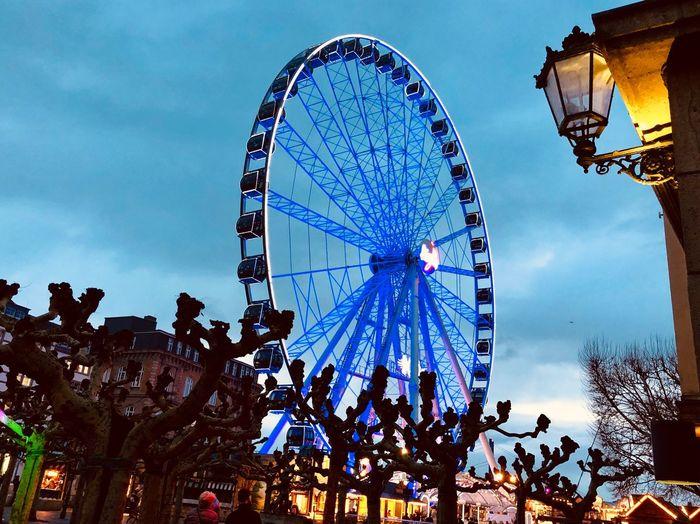 Riesenrad Altstadt Düsseldorf Amusement Park Amusement Park Ride Ferris Wheel Arts Culture And Entertainment Sky Low Angle View Architecture