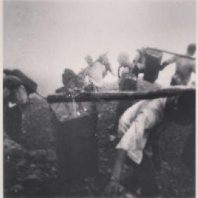 Pendakian gunung kerinci 3805m Dpl/puncak inderapoera/puncak andalas TEMPOE DOELOE Tahun 1933. Pendakian ini di plopori oleh beberapa warga Belanda pada masa itu, untuk membuat jalur pendakian gunung kerinci, serta membuat semacam tugu Trigluansi. Serta pembuatannpeta topografi pantai barat sumatra, karena merupakan bagian dari ekspansi Hindia Belanda. Pendakian menggunakan tenaga porter penduduk asli kerinci. Menggunakan semacam Pikulan untuk membawa logistik. Courtesy:Kitlv pictures//HLC Petri Resident//The Hague Ir JH Provenance Brinkgreve//netherlandsitepicturesdocument INDONESIA Cintaindonesia NKRI Satuindonesia Map Gunung Carrier Pendakian Kawah Dingin Love Eidelweis Nusantara Wowindonesia Kamerahpgw Amazingindonesia Mountain History Sejarah Topografi Kerinci
