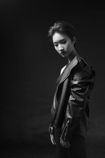 人像 Fashion Adult Adults Only One Person Portrait Only Women People One Woman Only Young Adult Elégance Jacket Studio Shot Looking At Camera One Young Woman Only Black Background Beautiful Woman Beautiful People Hands In Pockets Well-dressed Young Women