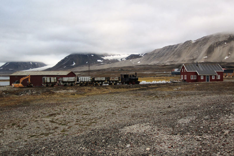 old mining Railway, Ny-Ålesund, Svalbard Mountain Range Spitsbergen Spitzbergen Svalbard  Ny-Ålesund Polar Climate Landscape Bergbau Kohlebergbau Kohleabbau Einsamkeit Industrie Eisenbahn Schmalspurbahn Bergbaubahn Mining Train Railway Railroad Lokomotive Dampflok Dampflokomotive Gletscher Steam Train Steam Locomotive Mountain