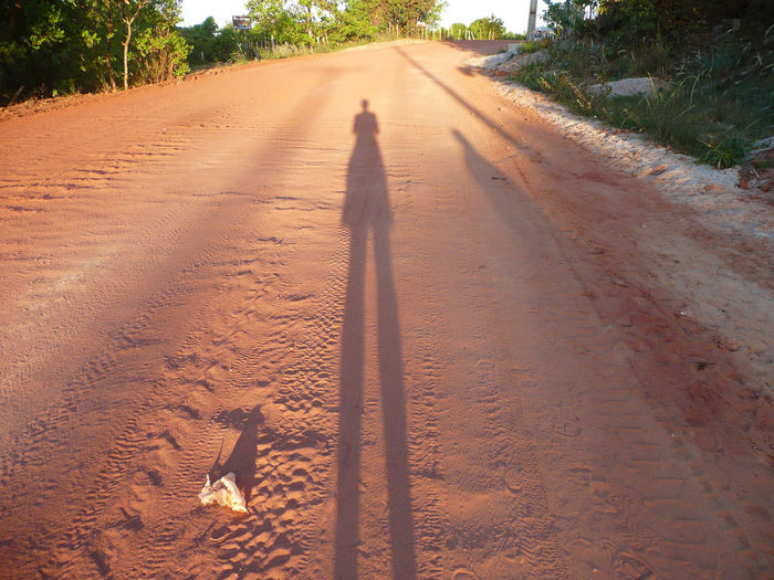 Day Men Nature One Person Outdoors People Real People Red Sand In Hand Rot Sand Schatten Auf Rotem San Shadow