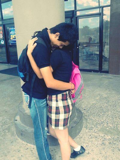 julioo mee da abrazito cuando ando tristee:') es un lindo conmigo teqiero menso<3