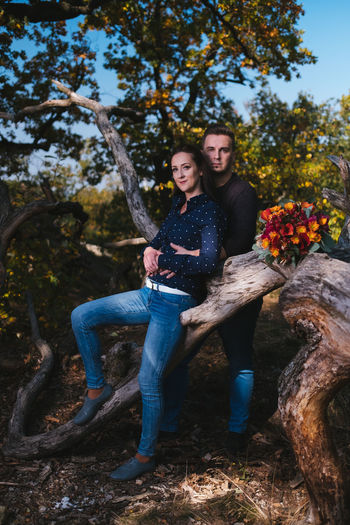 👩👨 Fujifilm Slovakia🇸🇰 Xh1 Fashion Model Outdoors Love Young Women Men Full Length Portrait Tree Smiling Togetherness Sitting Women Happiness Date Night - Romance Dating Romance Couple
