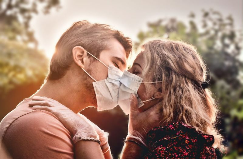Facemask kissing couple