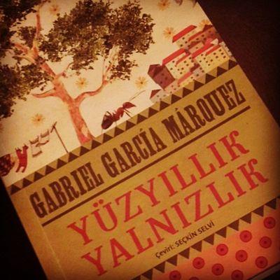 Tekrar okunulası kitapların başını çeken Yüzyıllık Yalnızlık, gel bakalım şöyle yamacıma. 📖 Gabrielgarciamarqouez Yuzyillikyalnizlik Kitap OKU Instagood Nobel Kitapkurdu