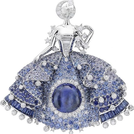 Bu gece @vancleefarpels in yeni koleksiyonu tanıtıldı.Yine buyulendim...Koleksiyon'un adı Peau d'Ane. Uyuyan guzel,cizmeli kedi ve kulkedisi masallarının yazarının diger eseri. Bir Peri masalı...VCApeaudane Van Cleef & Arpels' new collection of Highjewelry is inspired by a well-known Fairy tale, Peau d'Âne. In its homage to the story of this young princess, the Maison has revisited several of its favorite themes: the feminine figures born in the 1940s, a charmed nature, the delicacy of couture adornments and the language of romance. Mücevher Diamond Luxury Fairytales Dream Hautejoaillerie Couture Collection Amazing Colors Beautiful Fashion Gold Brand