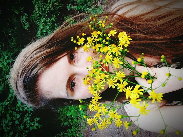 Florindo Plant Young Adult Flower Leaf Young Women Headshot Person Yellow Growth Nature Green Color Beauty Fragility Day Human Face Beauty In Nature Freshness Flor Guria Garota Romantic