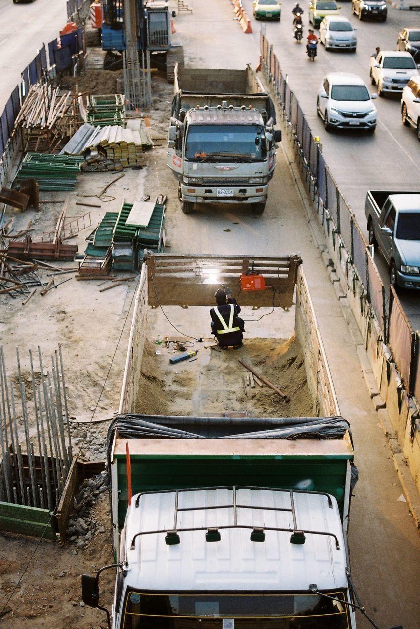 HIGH ANGLE VIEW OF BOATS MOORED AT CITY