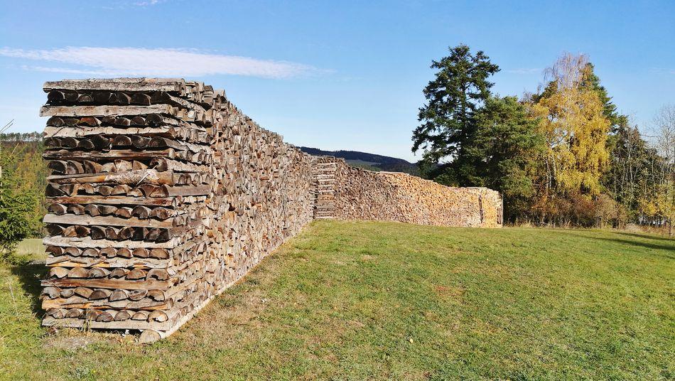 Gestapelte, gefällte Zeit. Holzstapel Brennholz Stapel Tradition Sky Grass Pyramid Autumn Mood