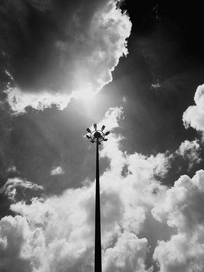 เสา Nightlife Sky Cloud - Sky Sky Only Cloudscape Silhouette Stratosphere Dramatic Sky Atmospheric Mood Forked Lightning Thunderstorm Outline Cumulonimbus Street Light Office Building Electric Light Meteorology Storm Cloud Cumulus Cloud Pole Fluffy Cumulus Tall - High Heaven Overcast