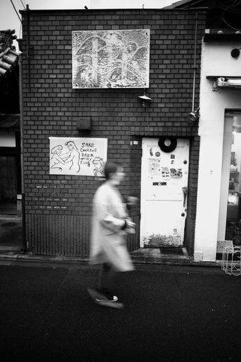 Super Angulon 21mm F/3.4 Leica Lens M9-p Leica Street Streetphotography Bw Blackandwhite Monochrome People Back Alley Road Bar Sign Signs Sign Pedestrian Blurred Motion Architecture Moving