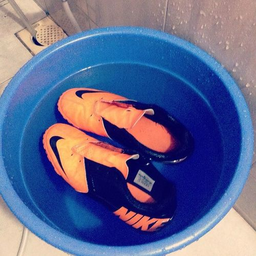 Oh nothing much just the usual giving my beauties a bath. Bathtime Washing_the_boots Nike Bomba thebomb football cleats football footballforlife instafootball instacleats livethesport