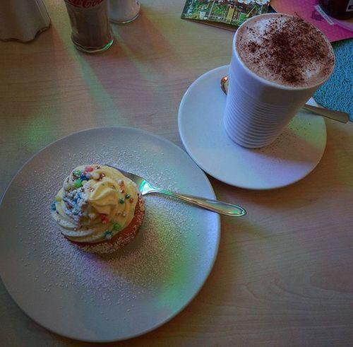 Es ist egal was man isst, solange man nicht zu viel davon isst. ;) Cupcake Kakao Hotchocolate Foodpic Foodporn Essen Abnehmen Abnehmen2016 Derspeckmussweg Gesundessen Gesunddurch2016 Gesundleben Gesund Healthy Diät Kalorienzählen Kcal Yazio