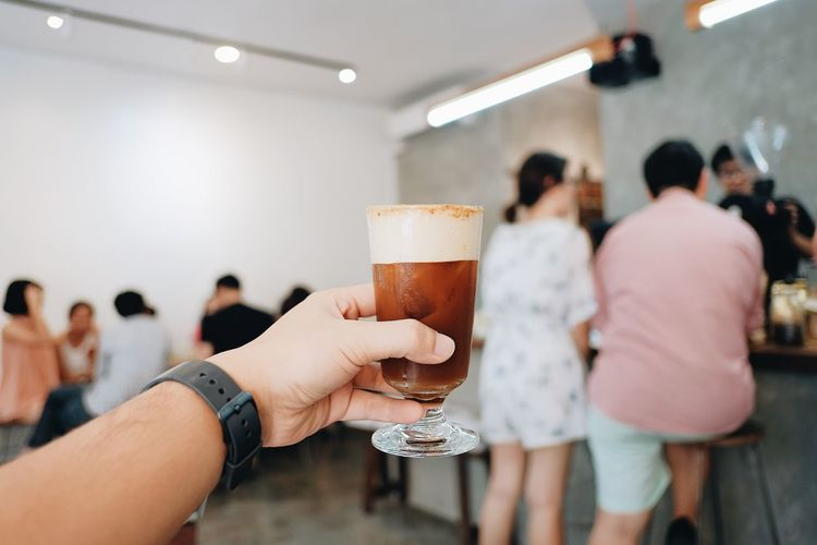 Adult Alcohol Beer Beer - Alcohol Beer Glass Drink Drinking Drinking Glass Focus On Foreground Food And Drink Frothy Drink Glass Group Of People Hand Holding Household Equipment Human Hand Indoors  Lifestyles Men Real People Refreshment Women