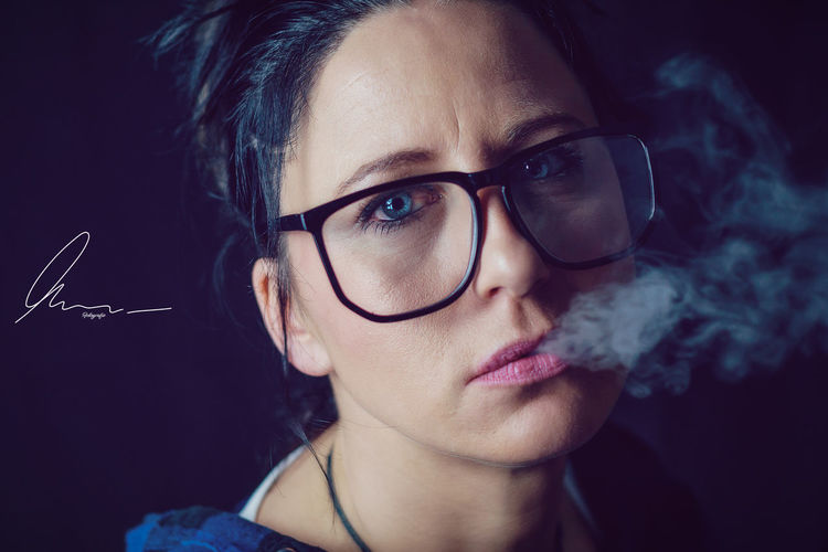 Smoking Women Woman Woman Portrait Portrait Of A Woman Portait Photography Murarfotografie Germany Sony Art Portrait Art Neustadt An Der Orla Beautiful Beauty Girl Light Portrait Artist Adobe Photoshop Thuringen Alpha6000 Portrait Photography Portraits Portrait Eyeglasses  Black Background Young Women Females Beautiful Woman Beauty Human Face Women Beautiful People
