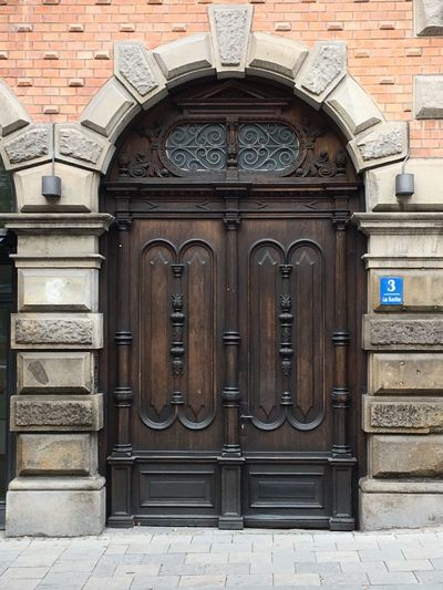 Historische Holz-Tür, Holz-Tor in München Innenstadt, Gründerzeit, Door Entrance Building Exterior Architecture Built Structure Closed No People Safety Protection Building Security Wall - Building Feature Wood - Material History Place Of Worship Brick Wall