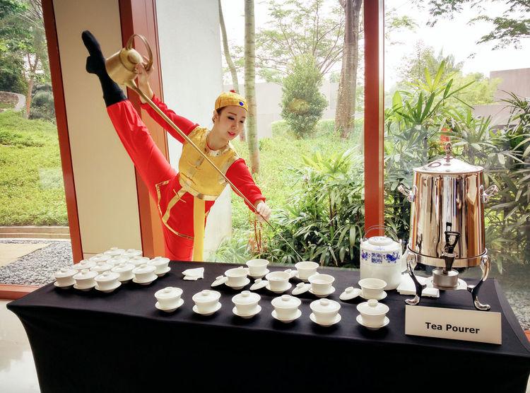 Art Of Tea Pourer Artist Fun Portrait Pouring Tea Acro Tea Art Tea Etiquette Tea Time Teapourer